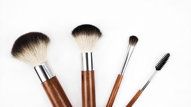 Cara membersihkan kuas make up dengan benar